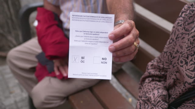 vídeos y material grabado en eventos de stock de private citizens wait in line at a polling station in the early morning hours on october 1 2017 in barcelona spain a an outlawed referendum for... - 2017