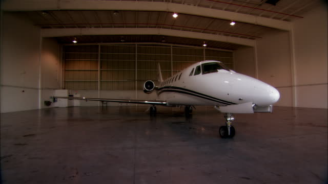 ws ds pan private jet in hangar at opa locka airport / miami, florida, usa - 飛行機格納庫点の映像素材/bロール