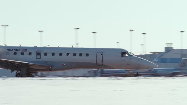 vidéos et rushes de a private jet moving on a runway of an airport. - piste d'envol
