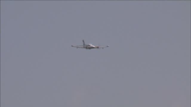 vidéos et rushes de a private jet soars through the sky. - transport aérien