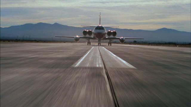 vidéos et rushes de a private jet taxis down a runway. - piste d'envol