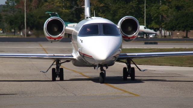 vídeos de stock, filmes e b-roll de jato privativo - veículo aéreo