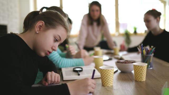 vidéos et rushes de enseignement scolaire privé - cours de mathématiques