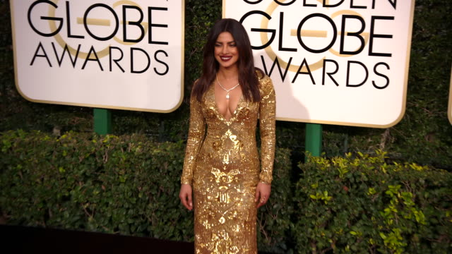 priyanka chopra at the 74th annual golden globe awards arrivals at the beverly hilton hotel on january 08 2017 in beverly hills california 4k - ビバリーヒルトンホテル点の映像素材/bロール