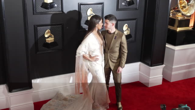 vídeos de stock e filmes b-roll de priyanka chopra, nick jonas at staples center on january 26, 2020 in los angeles, california. - prémios grammy