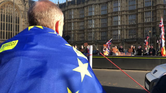 stockvideo's en b-roll-footage met pro brexit and anti brexit protesters demonstrate outside parliament on december 11, 2018 in london, england. after british prime minister theresa... - brexit