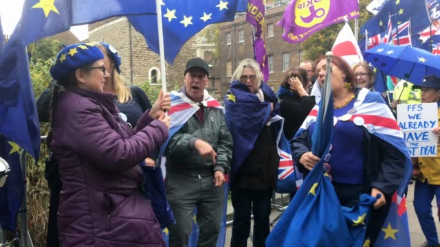 stockvideo's en b-roll-footage met pro eu supporters sing songs outside the houses of parliament in westminster on october 21, 2019 in london, england. prime minister boris johnson is... - brexit