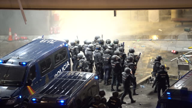 vídeos de stock e filmes b-roll de pro independence protestors and spanish police seen clashing during a protest at the barcelona el prat airport on october 14, 2019 in barcelona,... - independência