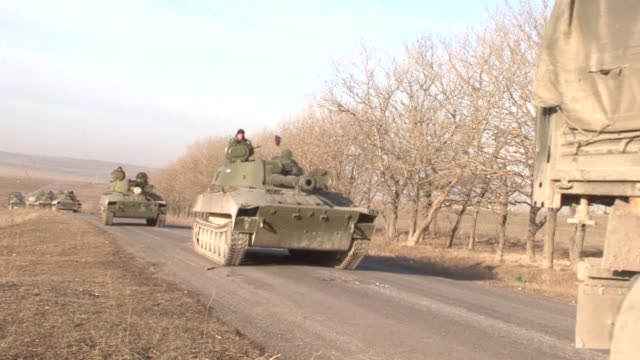 pro russian rebels on wednesday took journalists to see a column of artillery pieces being moved saying it proved that their forces were withdrawing... - artiglieria video stock e b–roll