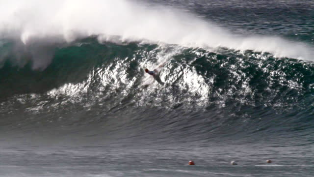 vídeos de stock, filmes e b-roll de ms pan pro surfer pulling  into  pipeline barrel  and wipesout during  masters surfing contest  / haleiwa, hawaii, united states - pipeline wave