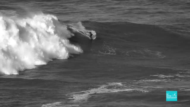 stockvideo's en b-roll-footage met //justinedupont.fr/en/home-en/ justine dupont and http://freddavid.fr/en/bio-2/ fred david braved enormous waves during a practice session in nazaré,... - https