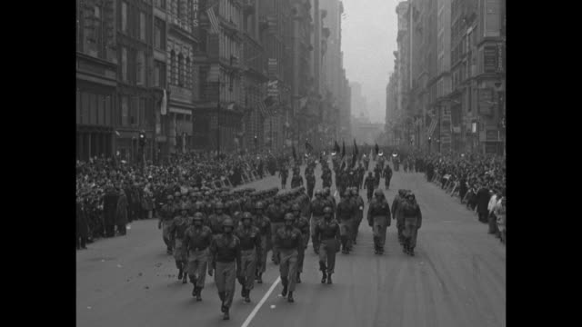 stockvideo's en b-roll-footage met probably the beginning of the parade in washington square park at washington square arch general james gavin leading paratroopers of 82nd airborne... - 1946