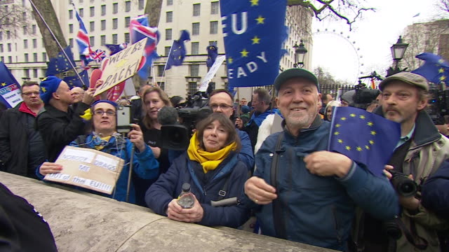 stockvideo's en b-roll-footage met pro-brexit and pro-eu demonstrations in westminster on 'brexit day' - brexit