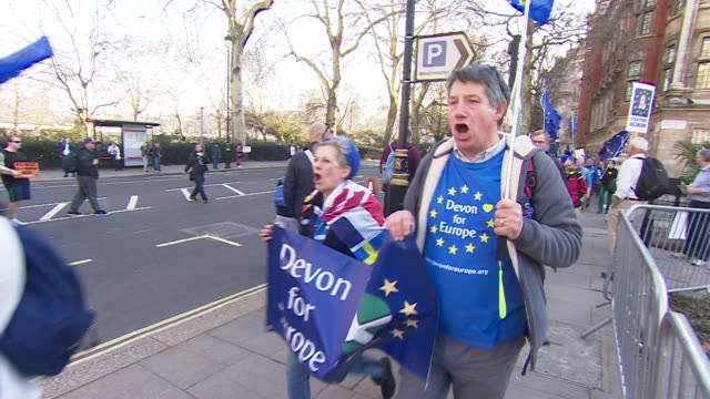 stockvideo's en b-roll-footage met pro-brexit and pro-eu protesters clashing in westminster - brexit