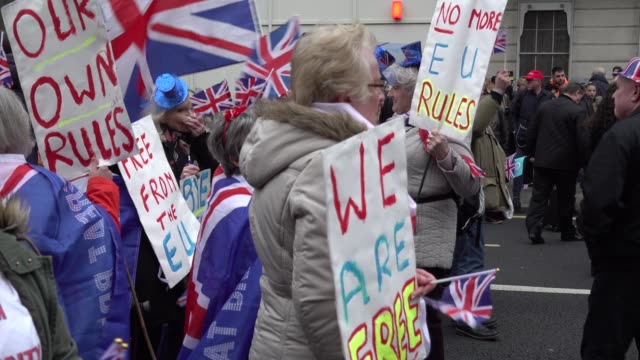 pro-brexit protesters dance in the street on the day the uk leaves the european union - 英国のeu離脱の是非を問う国民投票点の映像素材/bロール