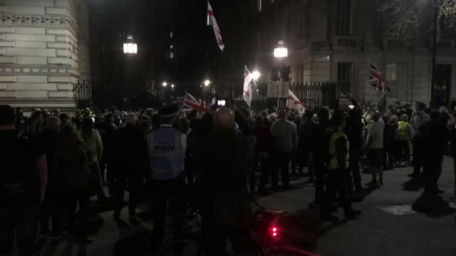 vídeos de stock e filmes b-roll de pro-brexit protesters marching through london at night - cargo governamental
