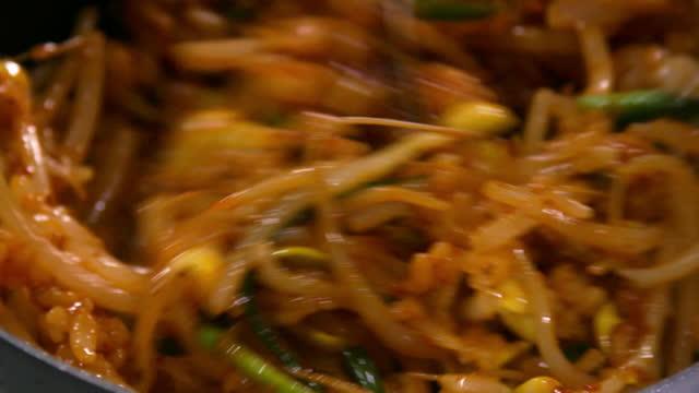 process of cooking hwangdeung bibimbap in hwangdeung county / iksan-si, jeollabuk-do, south korea - 韓国文化点の映像素材/bロール