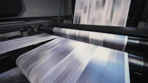 stockvideo's en b-roll-footage met proces van het snijden van de gedrukte bladen voor de dagelijkse krant in de krant printing factory - krant