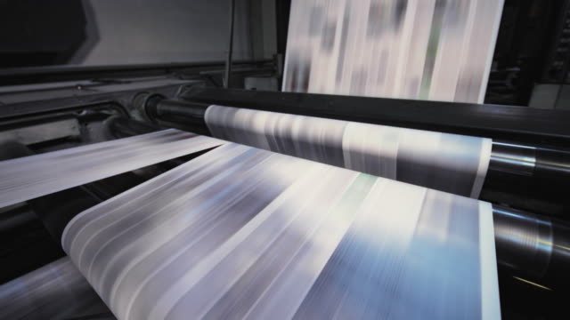 vídeos de stock e filmes b-roll de process of cutting the printed sheets for the daily newspaper in the newspaper printing factory - jornal