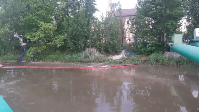 vídeos y material grabado en eventos de stock de process of draining sewage is seen in gdansk poland on 15 may 2018 over 50 milion untreated sewage is pumped directly into the motlawa river due the... - estación de bombeo
