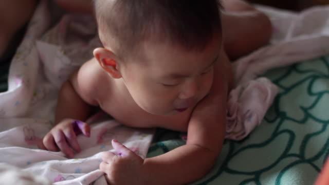 vídeos y material grabado en eventos de stock de proceso de vestir al bebé - cambiar pañal