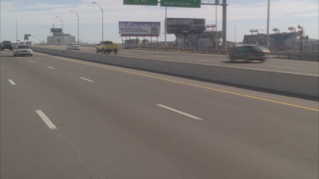 stockvideo's en b-roll-footage met process plate 3/4 left back driving on freeway or highway. nashville city skyline in bg. cars, vans, tour bus. - dubbeldekker bus