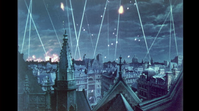 vídeos y material grabado en eventos de stock de process plate, night, model of london being attacked during the blitz / london being bombed, flack bursting in the air, fires raging on the skyline.... - el blitz