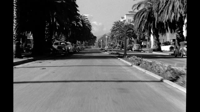 vídeos y material grabado en eventos de stock de process plate shot from moving car driving along 2nd st in santa monica driving through residential neighborhood on january 01 1940 in los angeles... - santa monica los ángeles