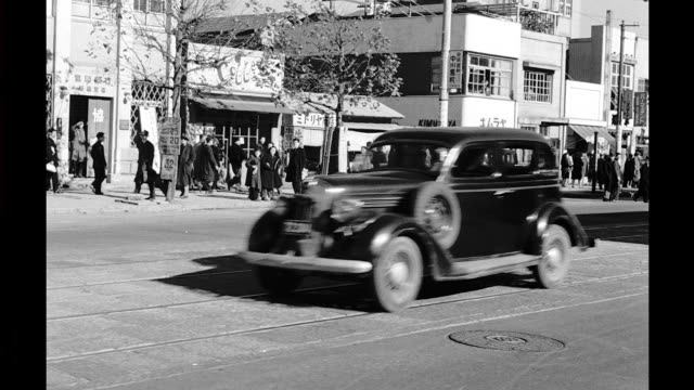 vídeos de stock, filmes e b-roll de process plate, traveling down busy sidewalks of tokyo, passes by shops and many pedestrians. tokyo scenes on january 01, 1948 in japan - pós guerra
