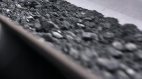 vidéos et rushes de charbon transformé sur bande transporteuse - gros plan - mine de charbon