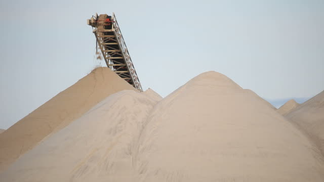 processing conveyor depositing frac sand - sand stock videos & royalty-free footage