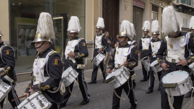 vídeos de stock e filmes b-roll de procession of the brotherhoods on easter sunday, malaga, andalucia, spain, europe - banda de marcha