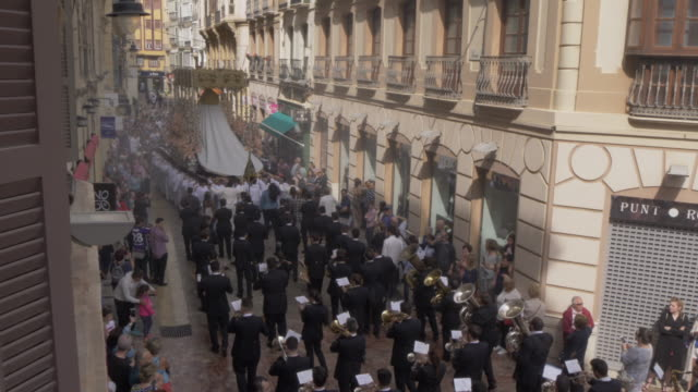 vidéos et rushes de procession of the brotherhoods on easter sunday, malaga, andalucia, spain, europe - pâques
