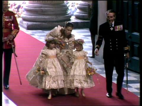 vídeos de stock, filmes e b-roll de procession st paul's ms lady sarah armstrongjones and 2 bridesmaids towards - dama de honra