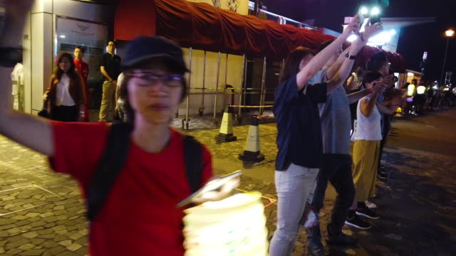 vidéos et rushes de pro-democracy protesters form a human chain and wave laser pointers, phones and lanterns in the air on victoria peak on september 13, 2019 in hong... - victoria peak
