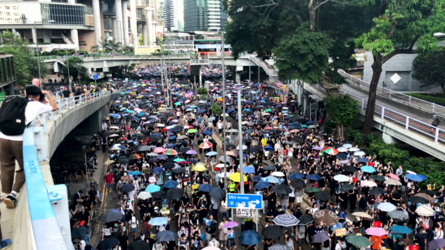 vidéos et rushes de pro-democracy protesters march on september 15, 2019 in hong kong, china. pro-democracy protesters have continued demonstrations across hong kong,... - montrer
