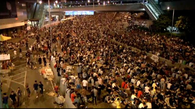 vídeos y material grabado en eventos de stock de prodemocracy protesters stage mass blockade in hong kong demonstrators on street protester sitting on the road - 2014