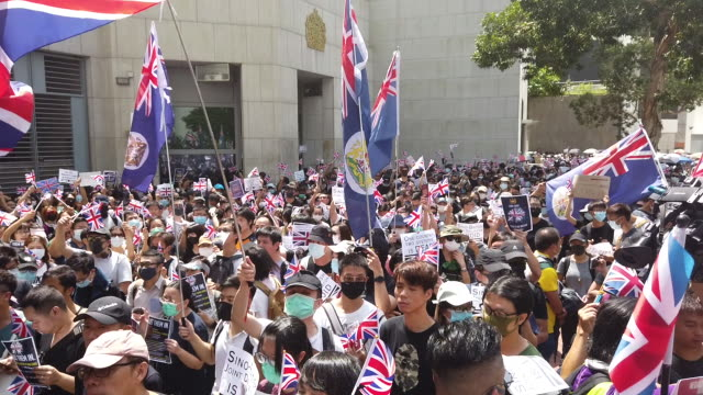 prodemocracy protesters wave flags and chant slogans outside the uk embassy on september 15 2019 in hong kong china prodemocracy protesters have... - people in a line stock videos & royalty-free footage