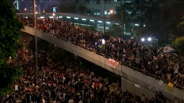vídeos y material grabado en eventos de stock de prodemocracy protests continue in hong kong china hong kong high angle gvs of mass prodemocracy protesters under umbrellas in street during... - 2014