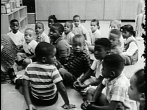 vídeos de stock, filmes e b-roll de produced by the office of economic opportunity and introduced by lady bird johnson head start presents an overview of one of the cornerstone programs... - criança pré escolar