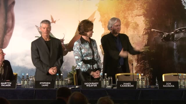 stockvideo's en b-roll-footage met producer jon landau at the avatar press conference at london england. - sigourney weaver