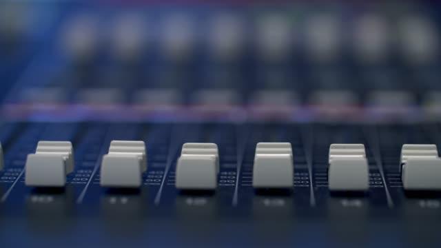 スタジオのコントロールデスクで作業するプロデューサー - 中央管理室点の映像素材/bロール