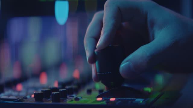 vidéos et rushes de producteur travaillant avec le bureau de contrôle dans le studio de tv - signalisation