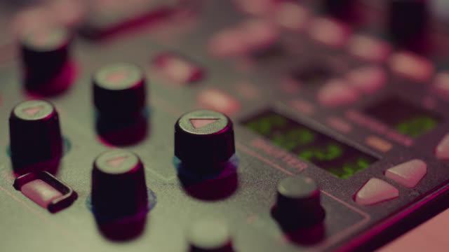 vidéos et rushes de producteur travaillant avec le bureau de contrôle dans le studio de tv - anamorphose