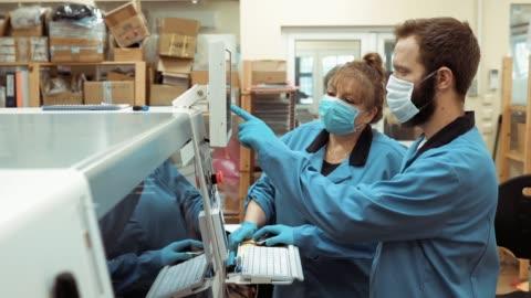 stockvideo's en b-roll-footage met productiefabriek na covid-19 - factory