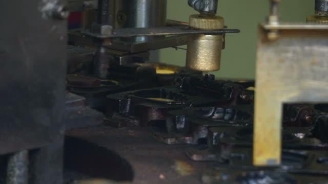 食品加工工場工場の生産ライン - 梱包機点の映像素材/bロール