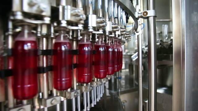 vidéos et rushes de ligne de production de boissons gazeuses - bouteille