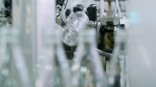 vidéos et rushes de ligne de production de boissons gazeuses. le processus de production de boissons alcoolisées. - conditionnement