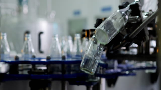 production line of carbonated drinks.the production process of beverages. - bottiglia video stock e b–roll