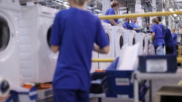production line of employees quality checking electrolux washing machines in factory electrolux production line 2 on october 16 2012 in olawa poland - haltbarkeit stock-videos und b-roll-filmmaterial